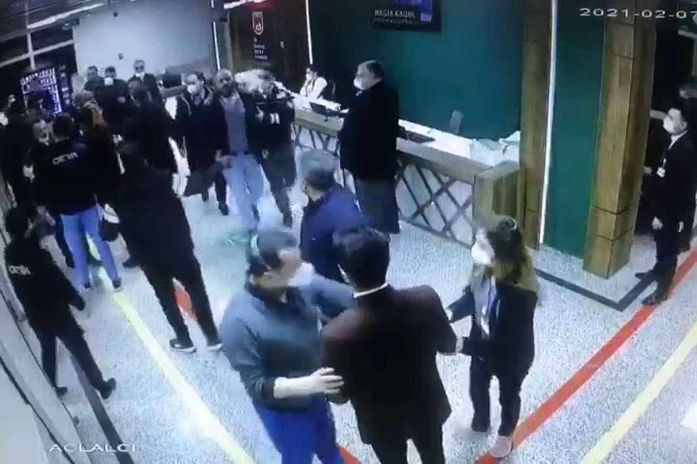 Sağlık çalışanlarına saldırı anı güvenlik kamerasına yansıdı